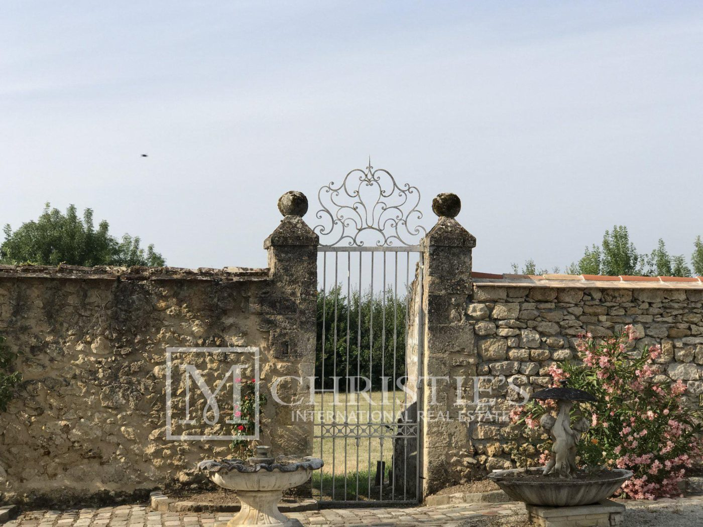 Building - Bordeaux Vineyard estate of approx. 58 ha  with 15th century Chateau