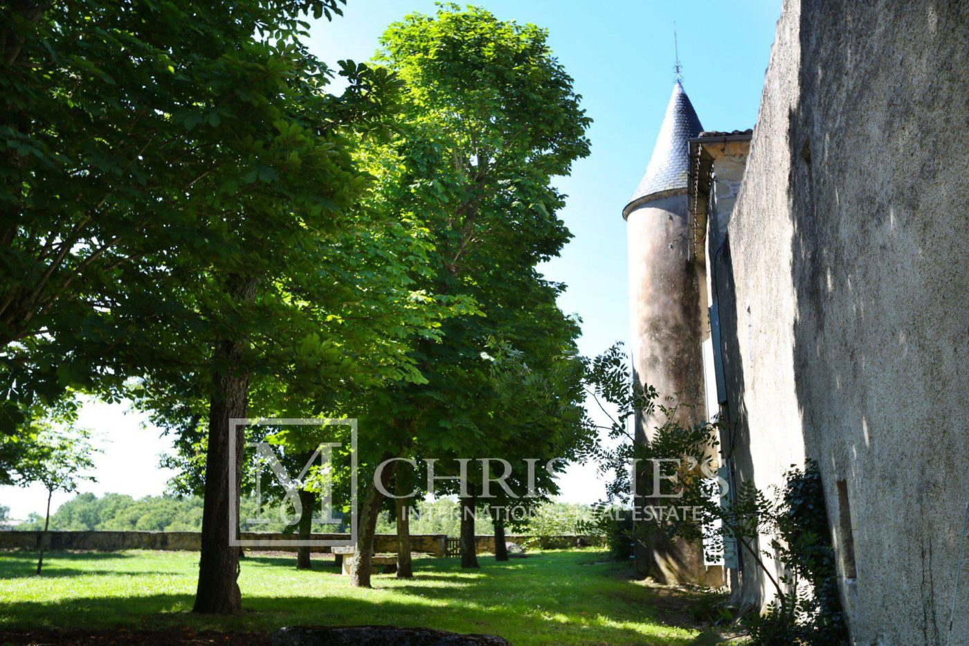 Bordeaux Vineyard estate of approx. 58 ha  with 15th century Chateau