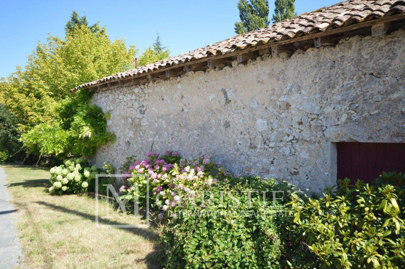Courtyard - Idyllic awarding winning 11 hectare vineyard in one of Bergerac's premier appellations,