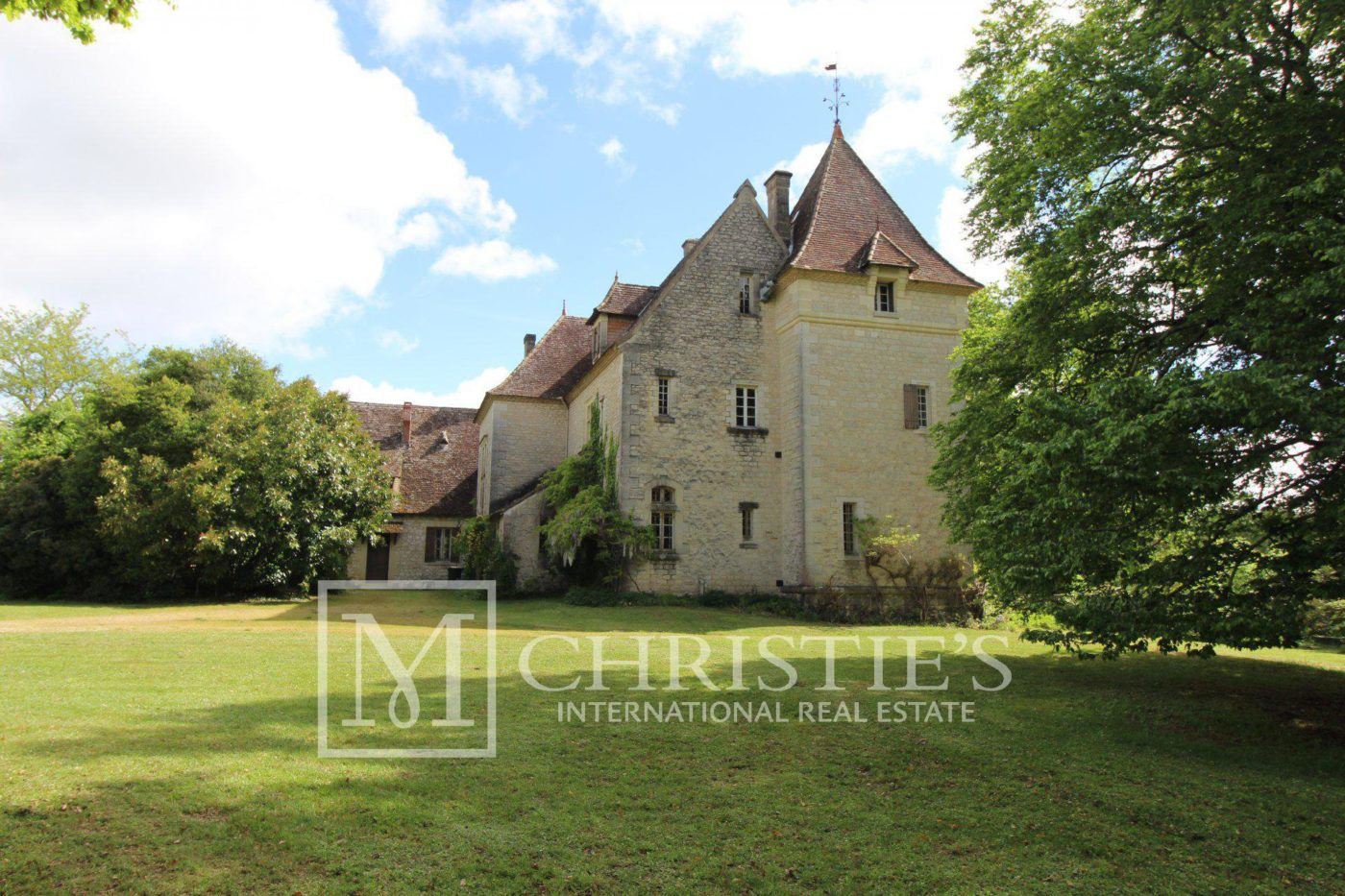 Magnificent vineyard estate with historic Château in AOC Bordeaux